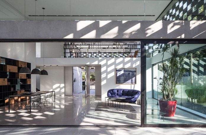 home-characterized-sculptural-quality-space-mass-movement-play-sunlight-11