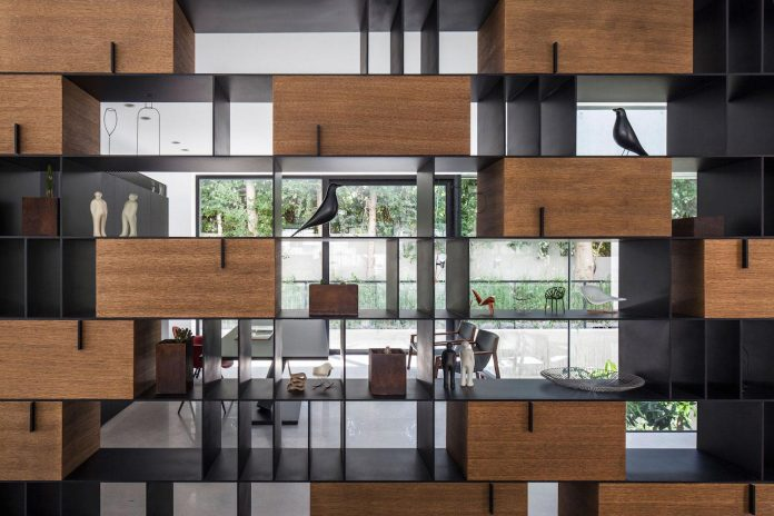 home-characterized-sculptural-quality-space-mass-movement-play-sunlight-16