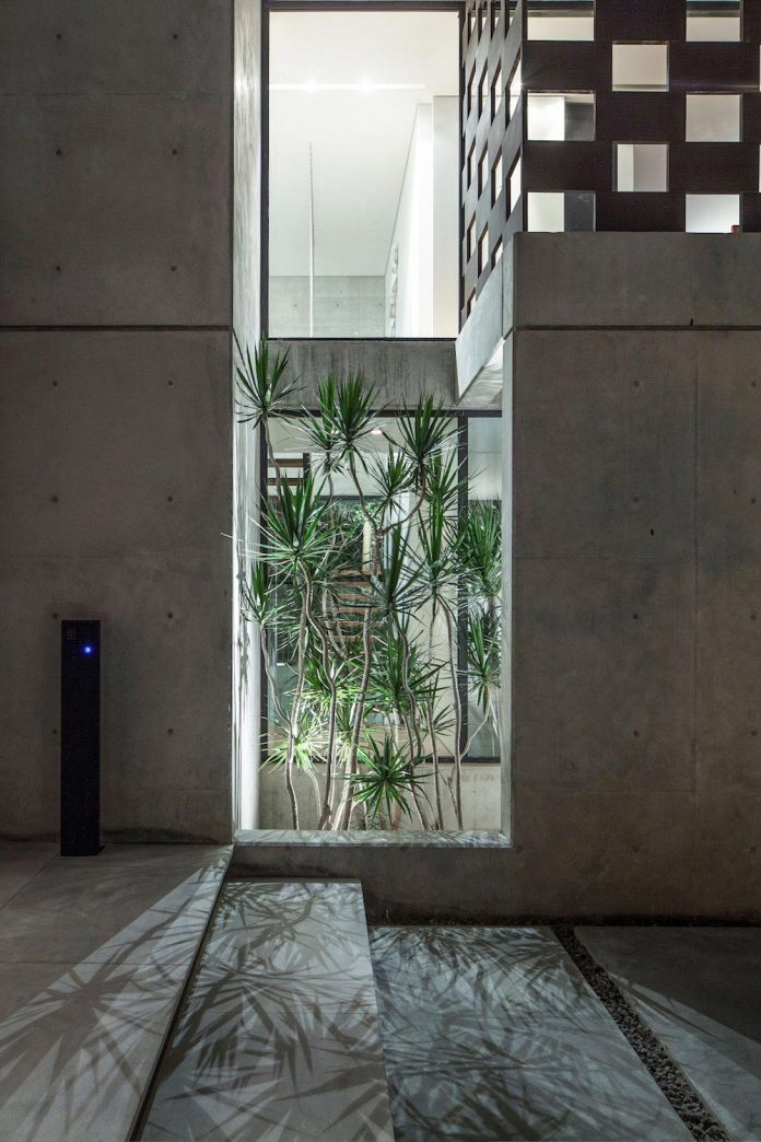 home-characterized-sculptural-quality-space-mass-movement-play-sunlight-27