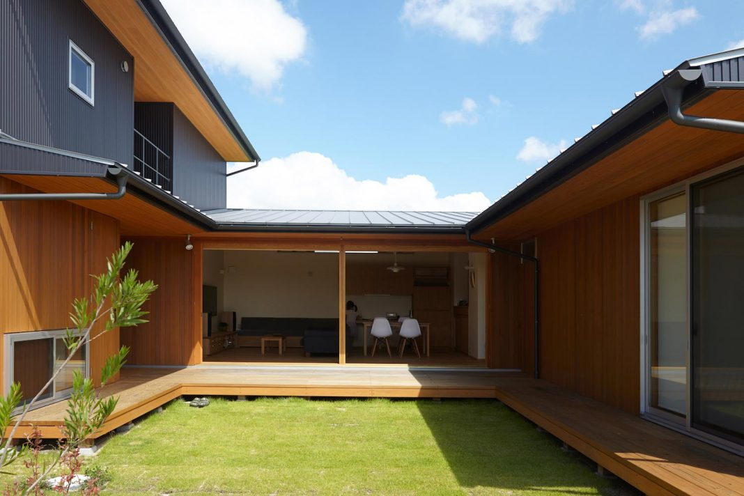 House in Kimitsu is located in the countryside of the city of Okayama, where fields and rice paddies spread out