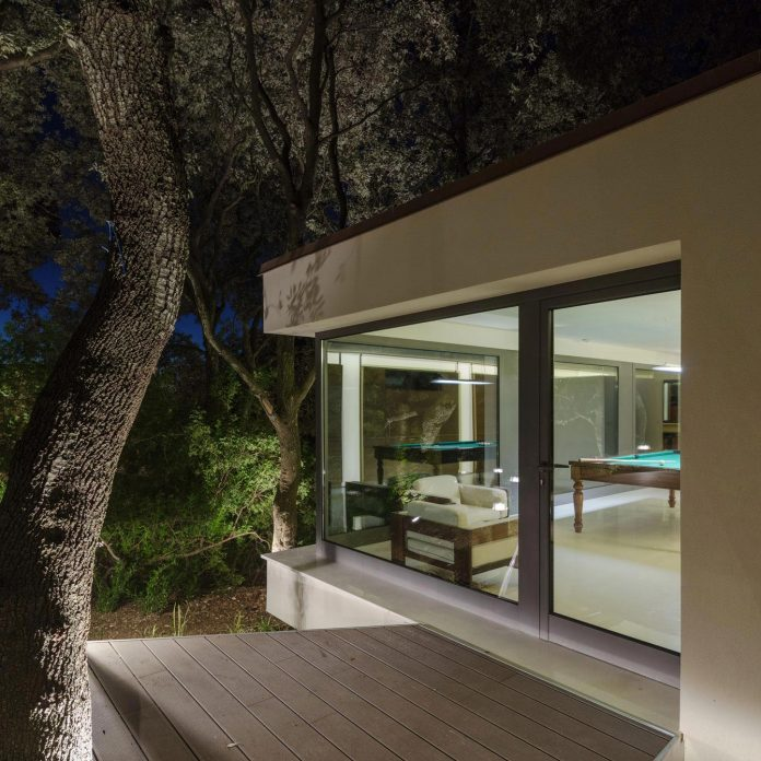 house-woods-simple-orthogonal-form-house-fits-perfectly-oak-forest-33