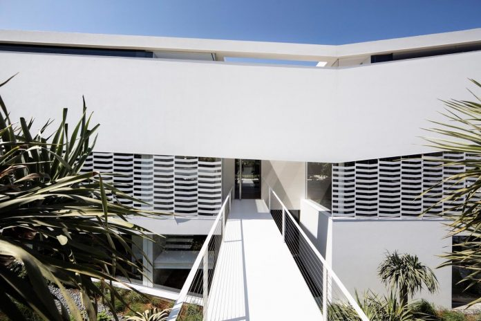 j-house-pitsou-kedem-architects-ripples-water-lines-glass-cable-rails-patches-light-become-actors-domestic-tableau-04