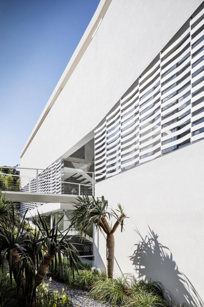 j-house-pitsou-kedem-architects-ripples-water-lines-glass-cable-rails-patches-light-become-actors-domestic-tableau-05