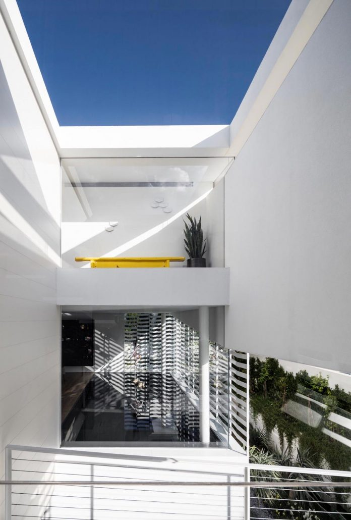 j-house-pitsou-kedem-architects-ripples-water-lines-glass-cable-rails-patches-light-become-actors-domestic-tableau-06