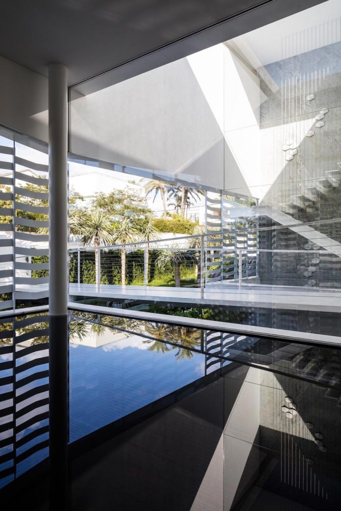 j-house-pitsou-kedem-architects-ripples-water-lines-glass-cable-rails-patches-light-become-actors-domestic-tableau-09