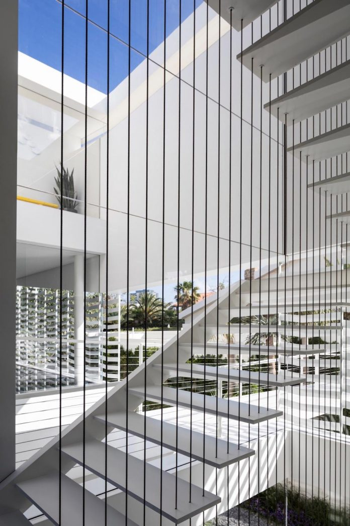 j-house-pitsou-kedem-architects-ripples-water-lines-glass-cable-rails-patches-light-become-actors-domestic-tableau-11