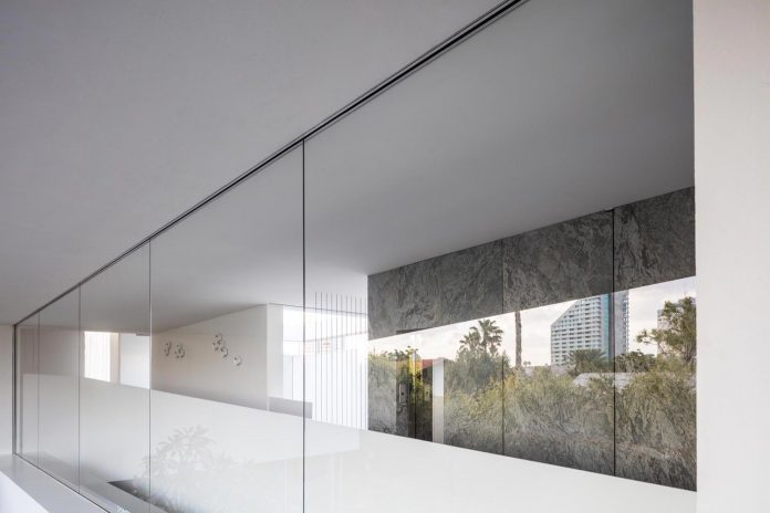 j-house-pitsou-kedem-architects-ripples-water-lines-glass-cable-rails-patches-light-become-actors-domestic-tableau-15
