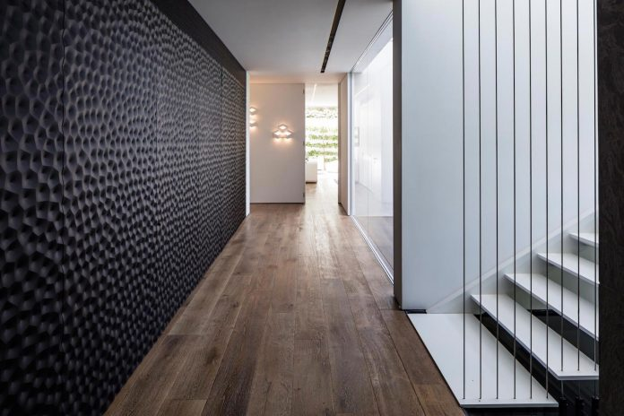 j-house-pitsou-kedem-architects-ripples-water-lines-glass-cable-rails-patches-light-become-actors-domestic-tableau-21