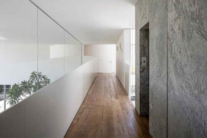 j-house-pitsou-kedem-architects-ripples-water-lines-glass-cable-rails-patches-light-become-actors-domestic-tableau-23