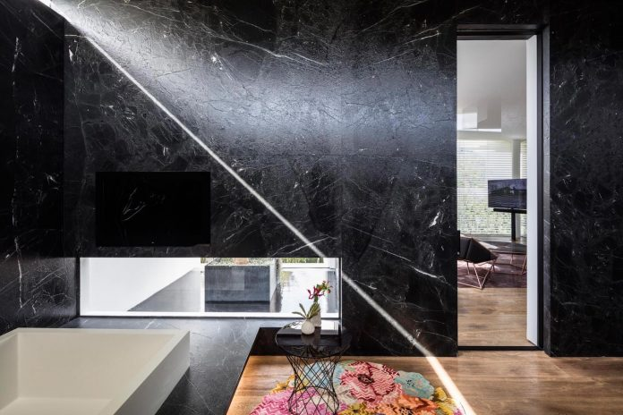 j-house-pitsou-kedem-architects-ripples-water-lines-glass-cable-rails-patches-light-become-actors-domestic-tableau-26