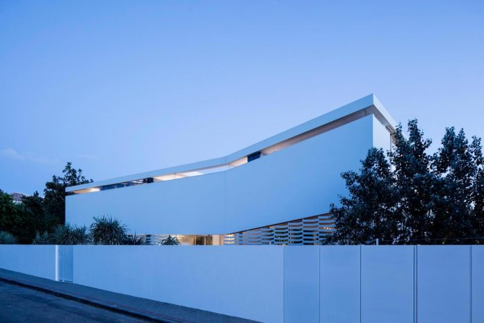j-house-pitsou-kedem-architects-ripples-water-lines-glass-cable-rails-patches-light-become-actors-domestic-tableau-29