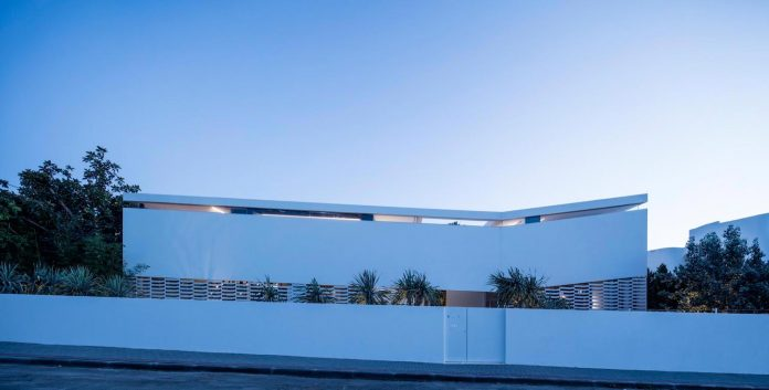 j-house-pitsou-kedem-architects-ripples-water-lines-glass-cable-rails-patches-light-become-actors-domestic-tableau-30