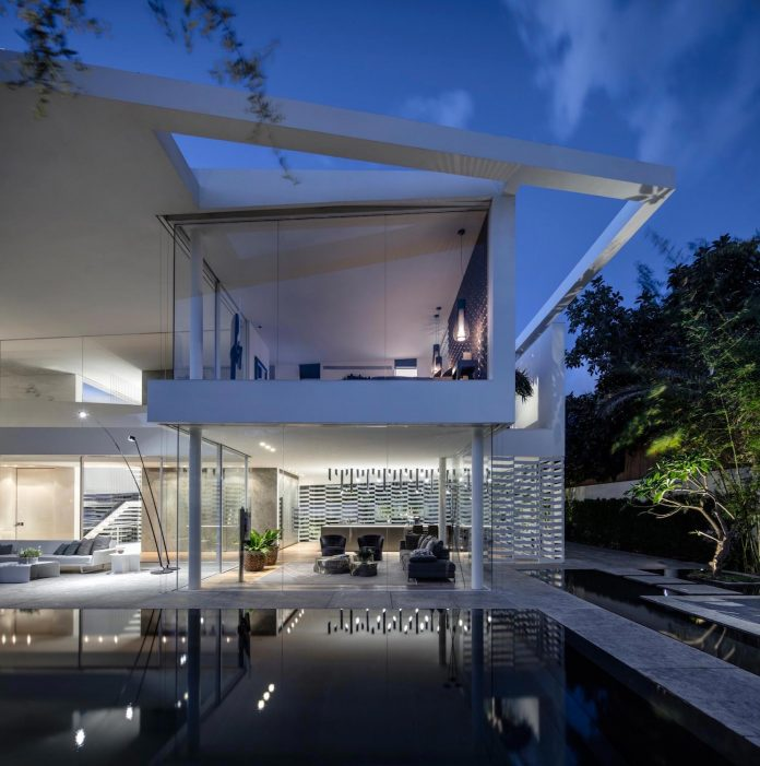 j-house-pitsou-kedem-architects-ripples-water-lines-glass-cable-rails-patches-light-become-actors-domestic-tableau-31