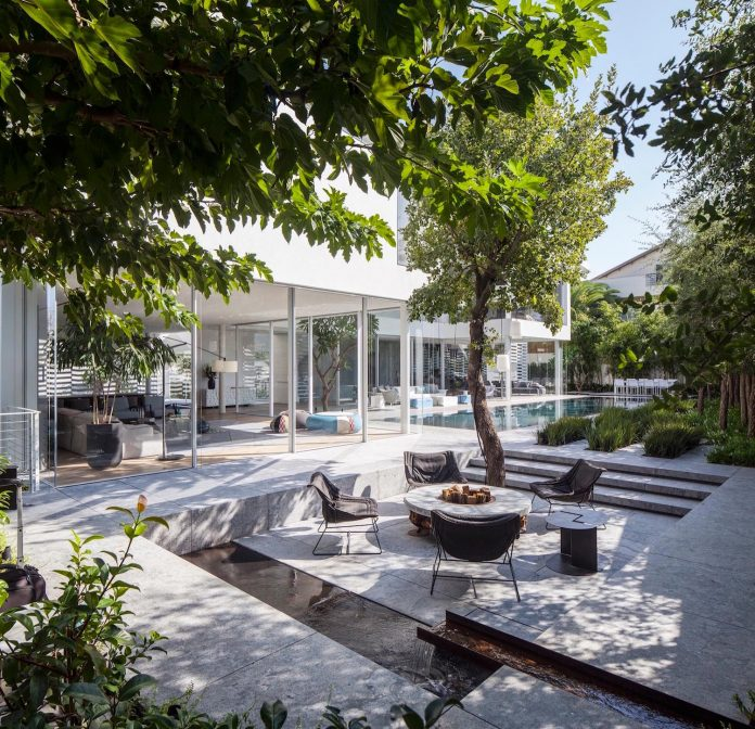 j-house-pitsou-kedem-architects-ripples-water-lines-glass-cable-rails-patches-light-become-actors-domestic-tableau-34