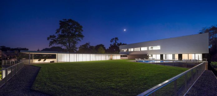 located-northern-suburbs-chicago-modern-house-sits-opposite-unique-object-bahai-temple-02