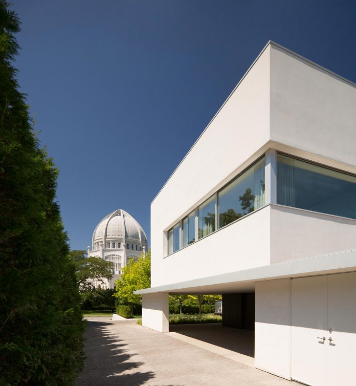 located-northern-suburbs-chicago-modern-house-sits-opposite-unique-object-bahai-temple-03
