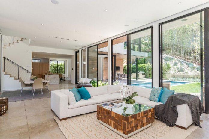 Luxurious shelter in an open-air resort on an idyllic Brentwood ...