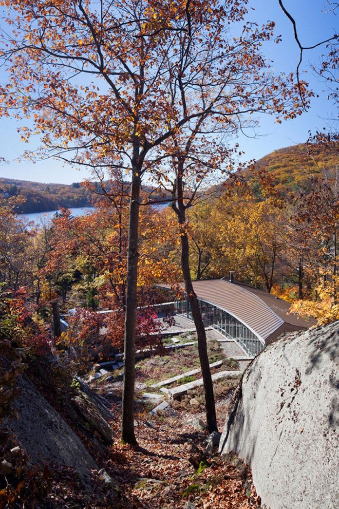 mccann-residence-situated-dense-forests-rocky-outcroppings-characterize-landscape-ramapo-mountains-01