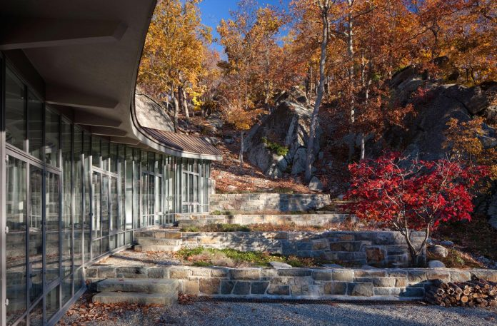 mccann-residence-situated-dense-forests-rocky-outcroppings-characterize-landscape-ramapo-mountains-04