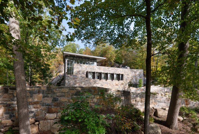 mccann-residence-situated-dense-forests-rocky-outcroppings-characterize-landscape-ramapo-mountains-05
