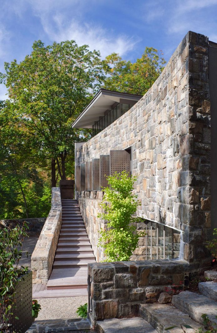 mccann-residence-situated-dense-forests-rocky-outcroppings-characterize-landscape-ramapo-mountains-06