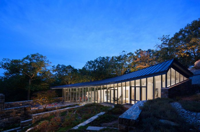 mccann-residence-situated-dense-forests-rocky-outcroppings-characterize-landscape-ramapo-mountains-13