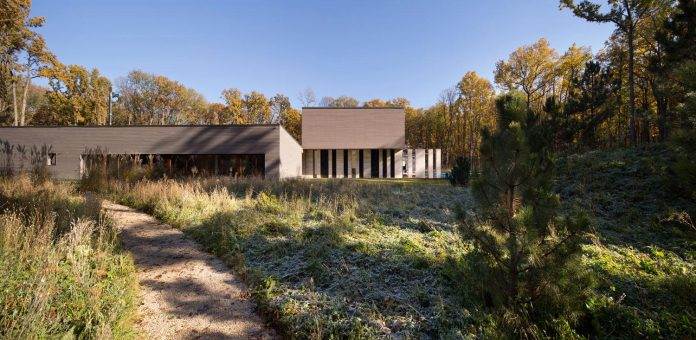 modern-house-peristyle-located-oak-tree-forest-homogenous-structure-02