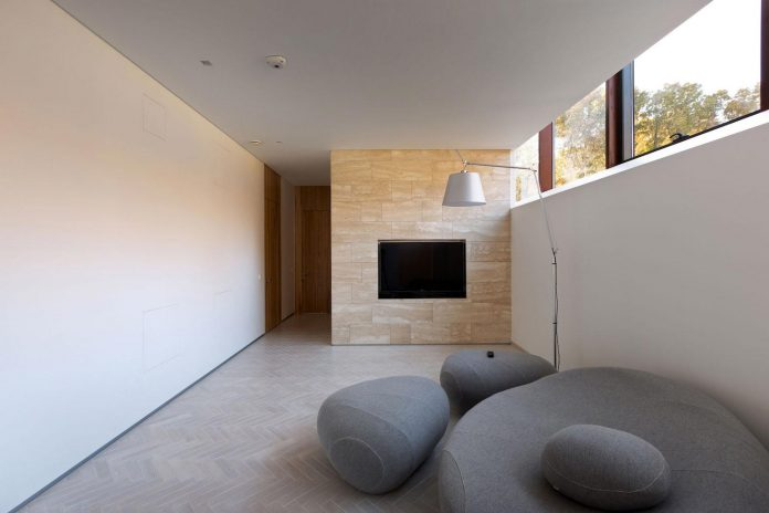 modern-house-peristyle-located-oak-tree-forest-homogenous-structure-06