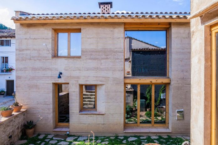 modern-rammed-earth-house-winner-international-prize-contemporary-earthen-architectures-terra-award-2016-02