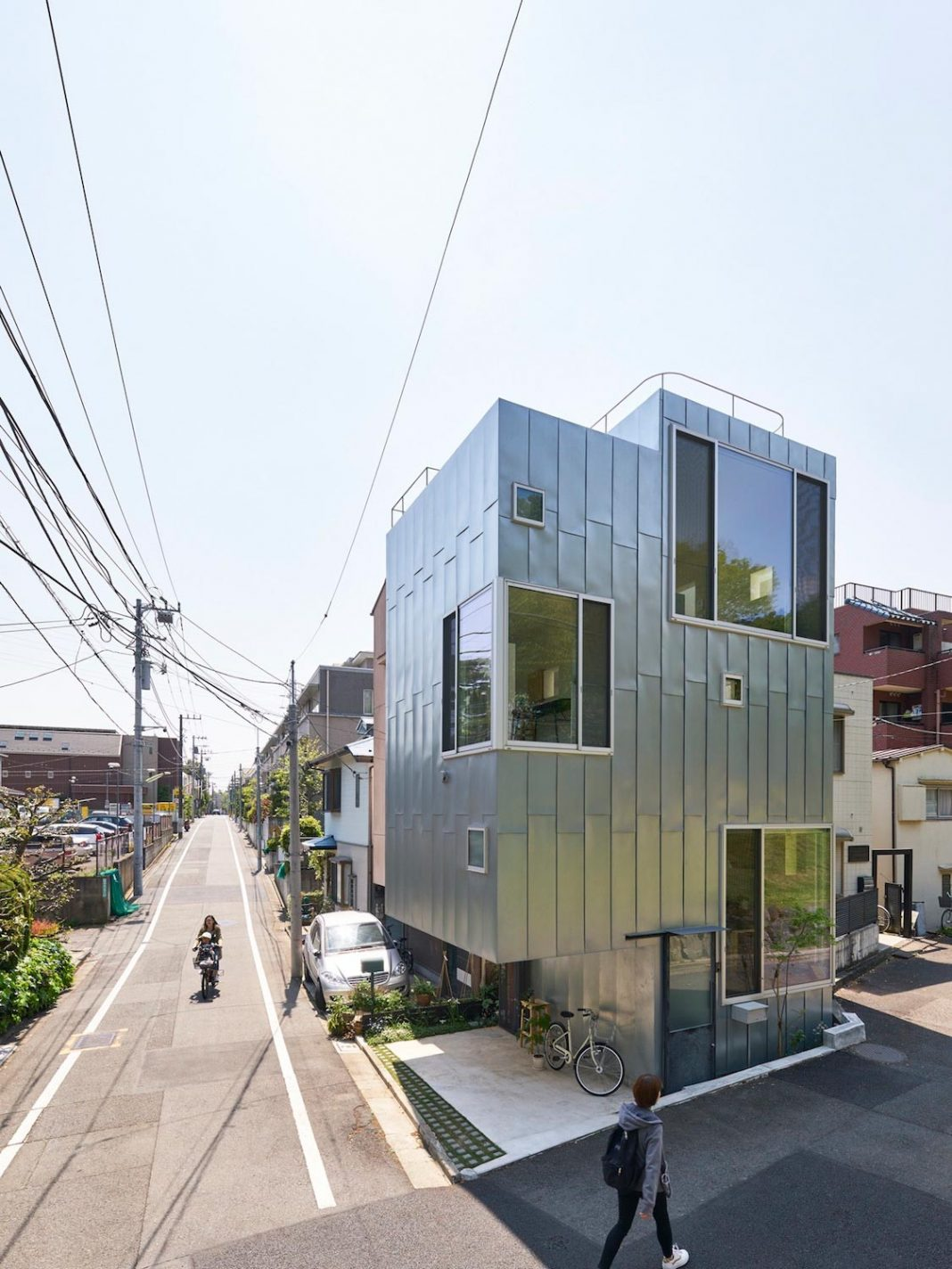 """""""ondo"""" is a house with a cafe, having 3 floors, a basement and a roof terrace and faces one of the most famous parks in Tokyo"""