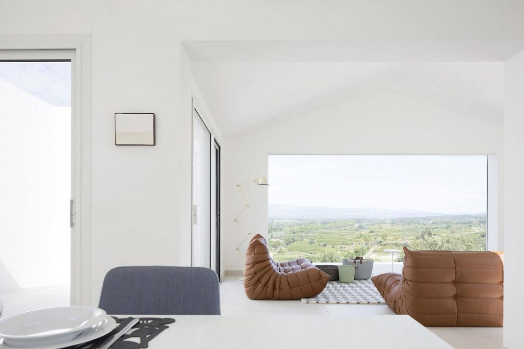 The Quiet House located on tiny plot of land with a gorgeous view on the Hérault Valley