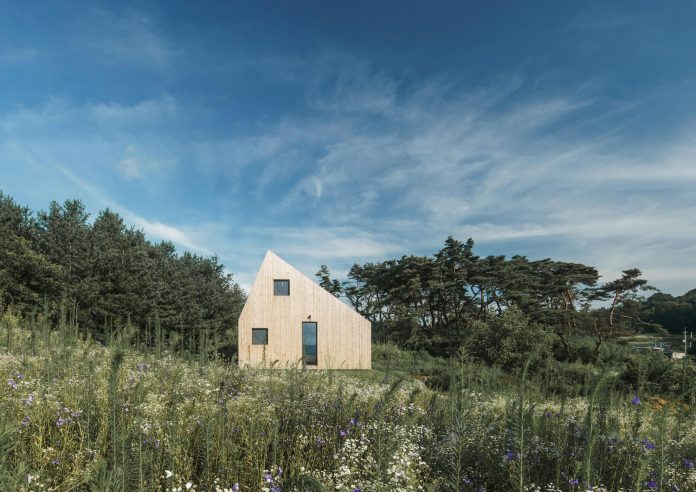 shear-house-single-family-house-korea-seeks-simple-treatment-pitched-roof-typology-improves-environmental-qualities-01