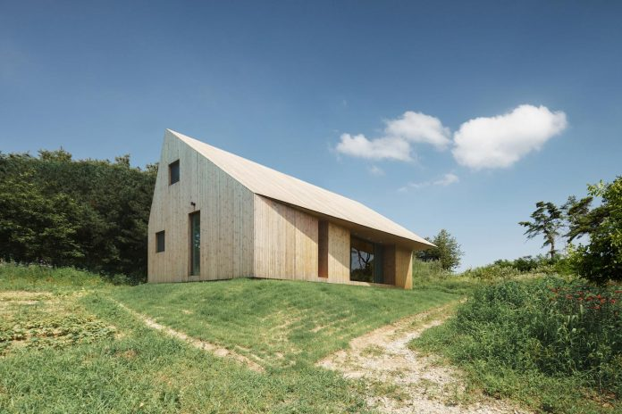 shear-house-single-family-house-korea-seeks-simple-treatment-pitched-roof-typology-improves-environmental-qualities-02