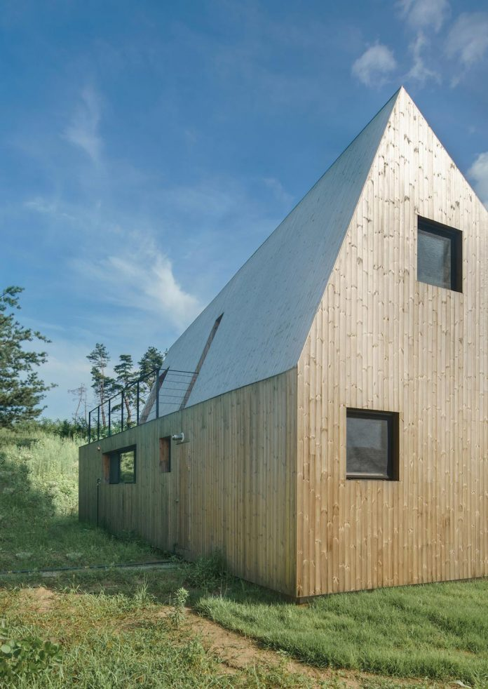 shear-house-single-family-house-korea-seeks-simple-treatment-pitched-roof-typology-improves-environmental-qualities-04