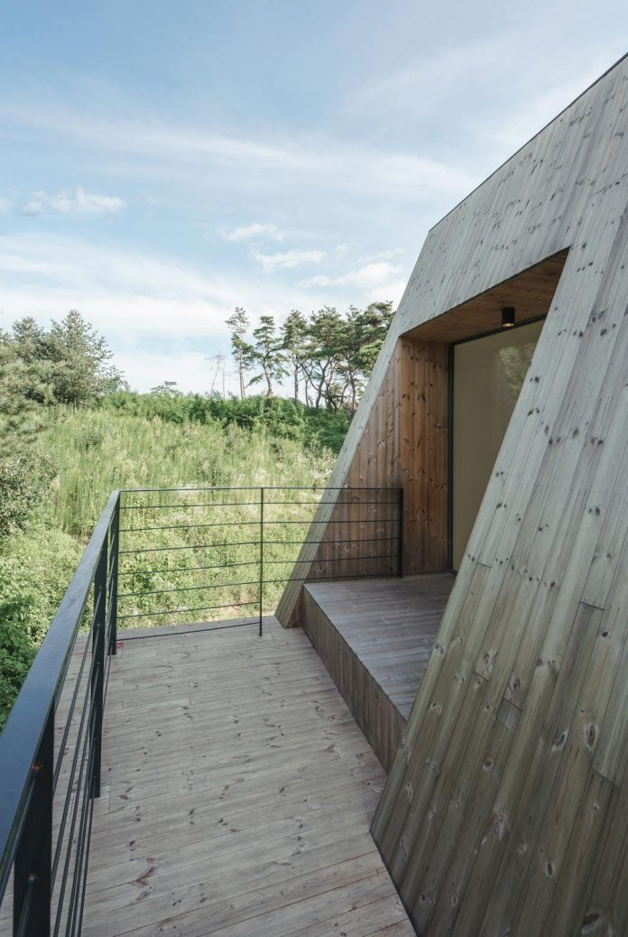 shear-house-single-family-house-korea-seeks-simple-treatment-pitched-roof-typology-improves-environmental-qualities-06