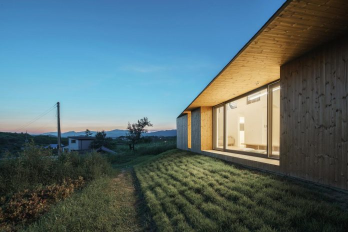 shear-house-single-family-house-korea-seeks-simple-treatment-pitched-roof-typology-improves-environmental-qualities-18