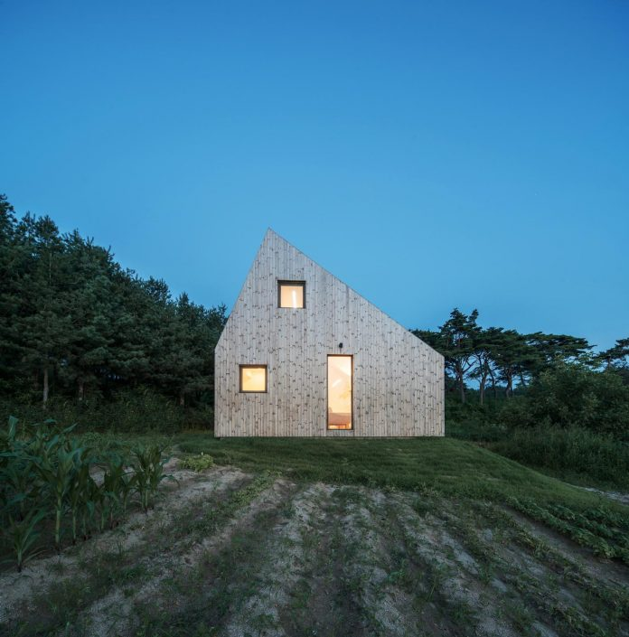 shear-house-single-family-house-korea-seeks-simple-treatment-pitched-roof-typology-improves-environmental-qualities-20