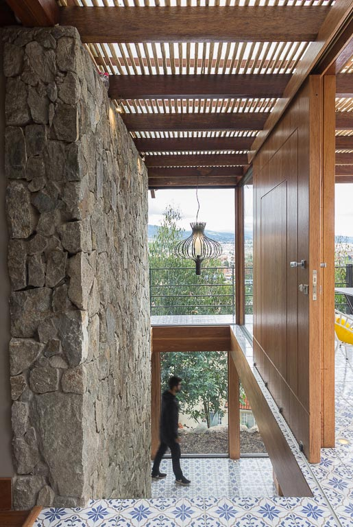 small-stone-detached-house-145-square-meters-two-floors-terrace-natural-viewpoint-city-cuenca-ecuador-02