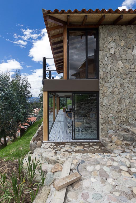 small-stone-detached-house-145-square-meters-two-floors-terrace-natural-viewpoint-city-cuenca-ecuador-09