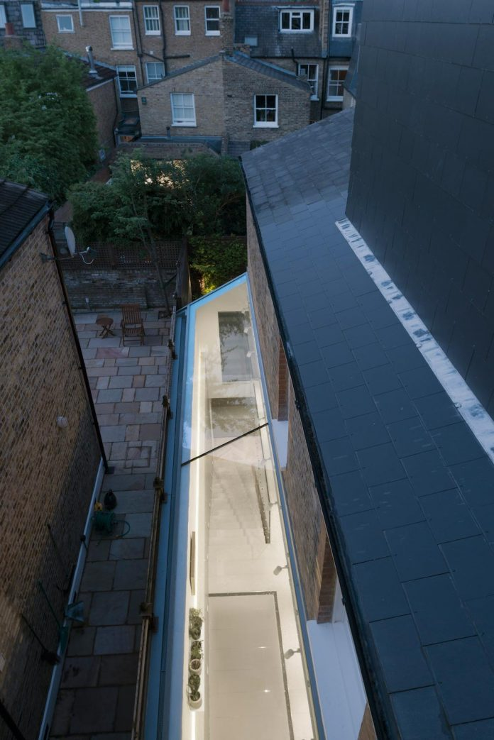 unusually-long-victorian-lion-house-situated-bend-long-terrace-fulham-15