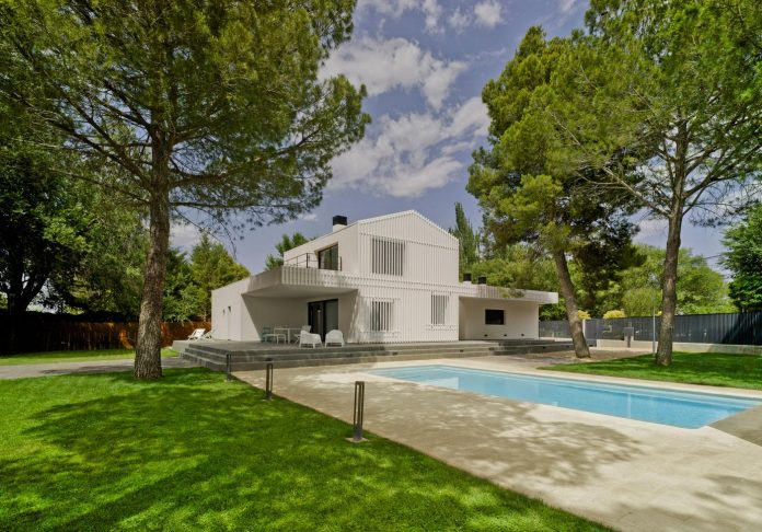 white-fa-house-situated-residential-area-outskirts-city-albacete-spain-01