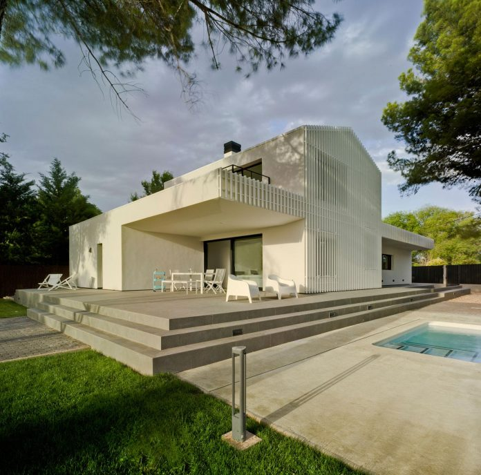 white-fa-house-situated-residential-area-outskirts-city-albacete-spain-02