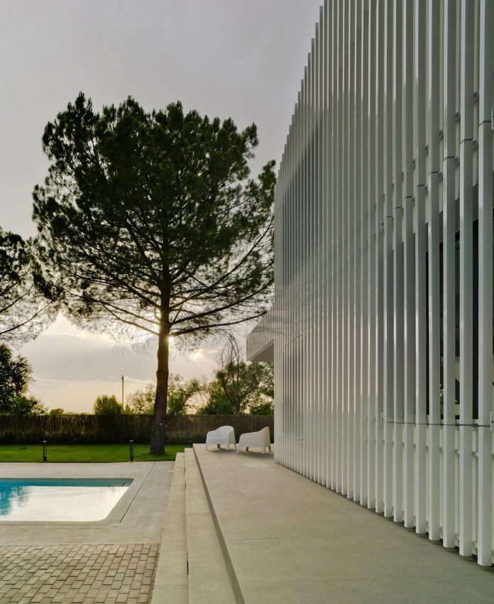 white-fa-house-situated-residential-area-outskirts-city-albacete-spain-03