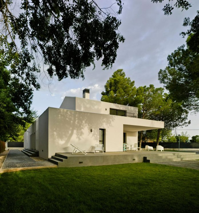 white-fa-house-situated-residential-area-outskirts-city-albacete-spain-04