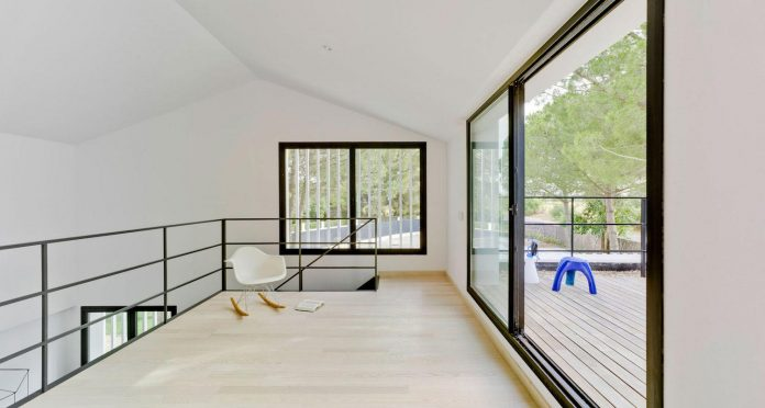 white-fa-house-situated-residential-area-outskirts-city-albacete-spain-12
