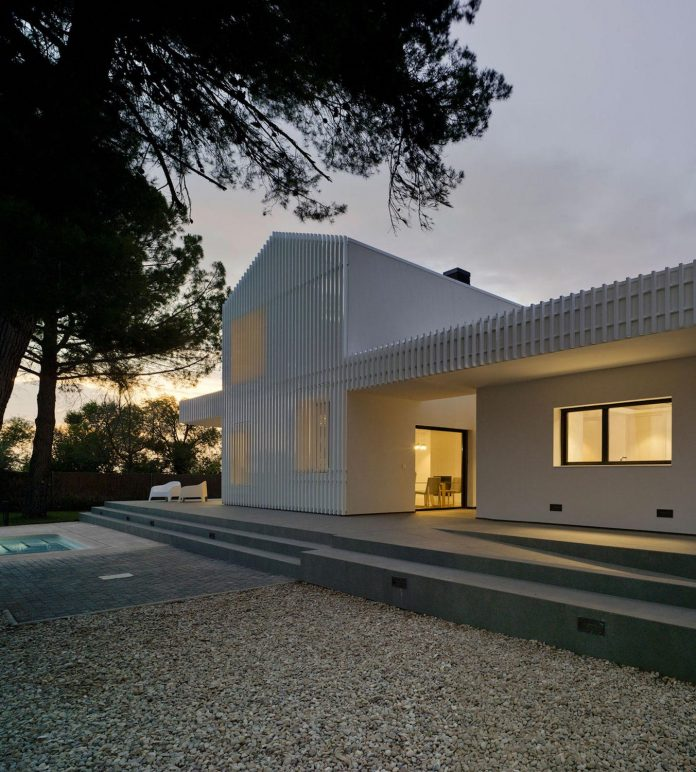 white-fa-house-situated-residential-area-outskirts-city-albacete-spain-15