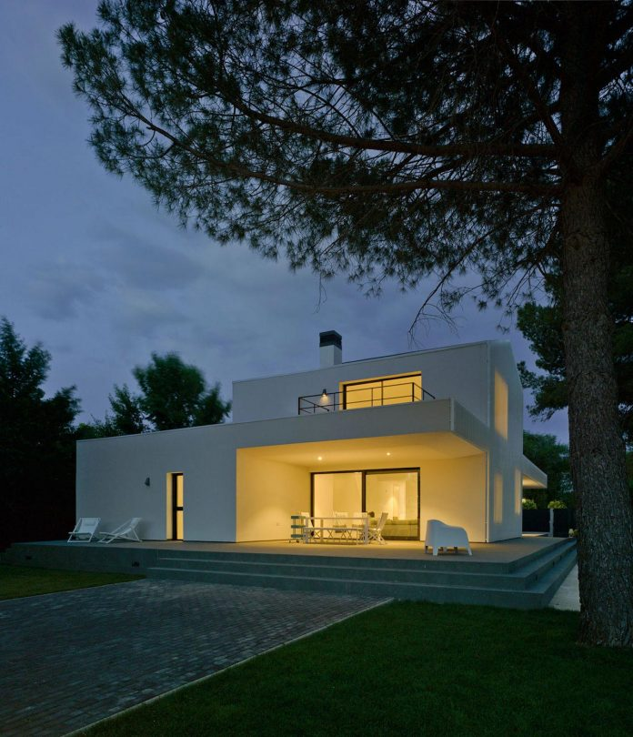 white-fa-house-situated-residential-area-outskirts-city-albacete-spain-16