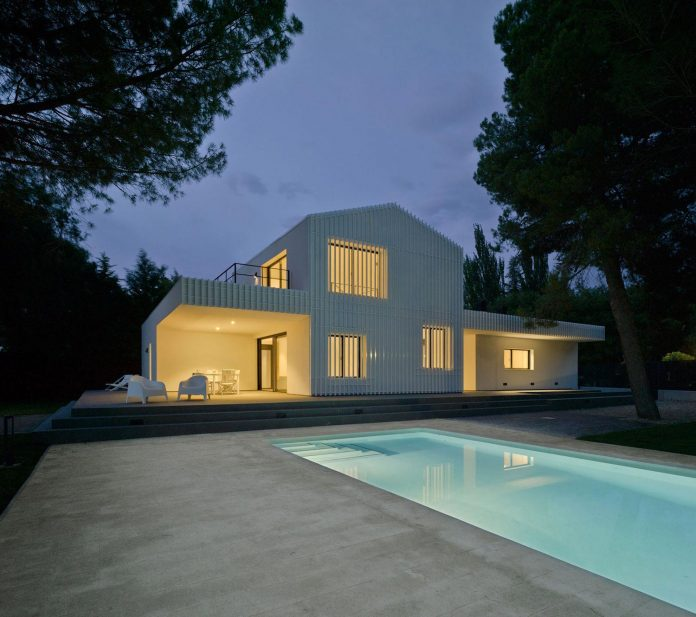 white-fa-house-situated-residential-area-outskirts-city-albacete-spain-17