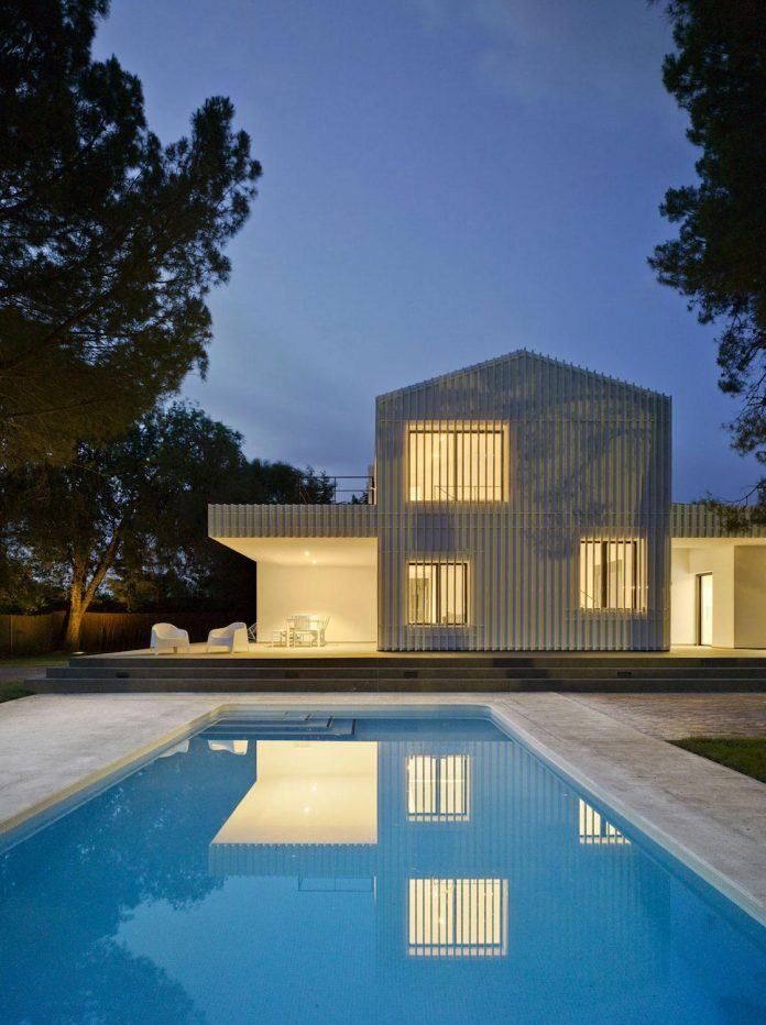 white-fa-house-situated-residential-area-outskirts-city-albacete-spain-18
