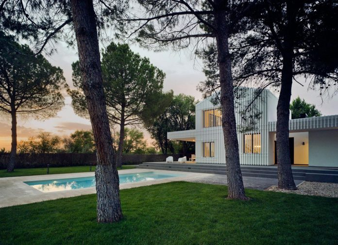white-fa-house-situated-residential-area-outskirts-city-albacete-spain-20